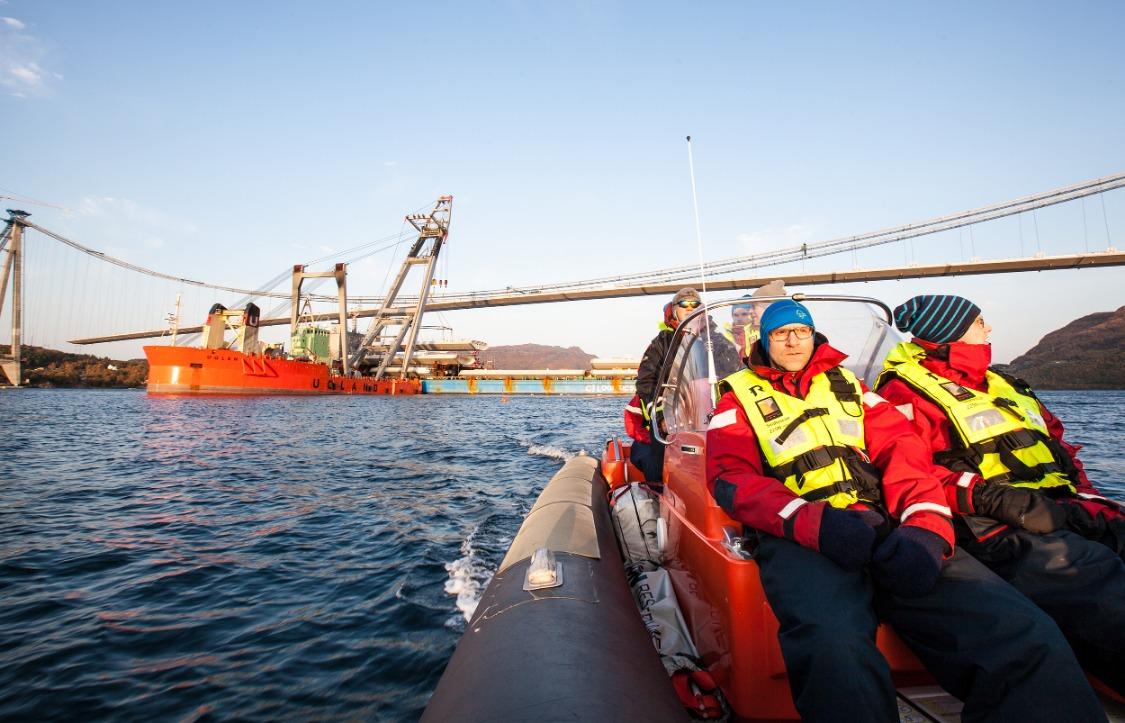 Ofoten Rør i gummibåt foran byggingen av Hålogalandsbrua