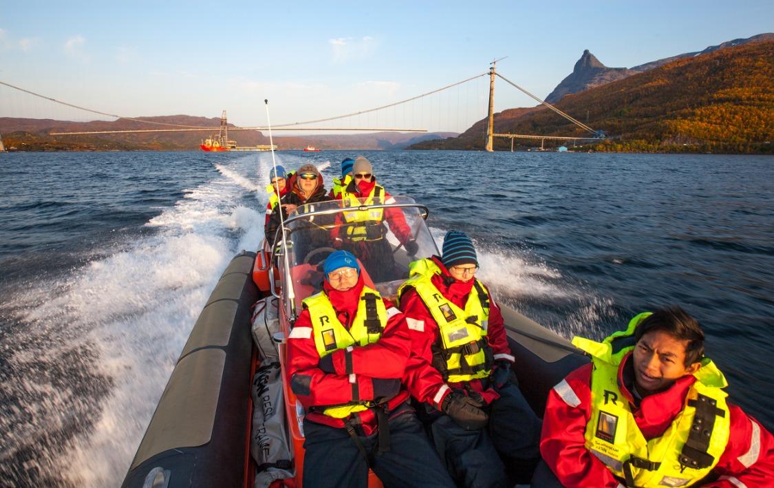 Ofoten Rør i gummibåt med Hålogalandsbrua i bakgrunnen