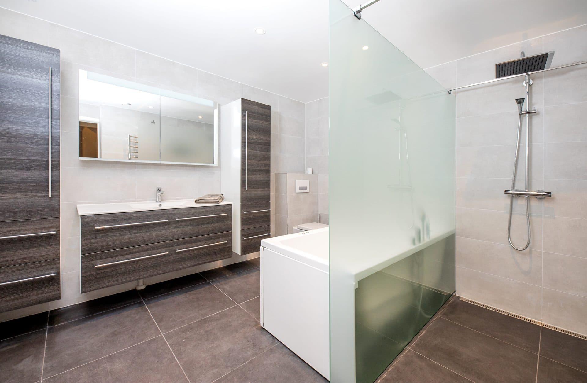 Brunt bad med privat dusj og badekar