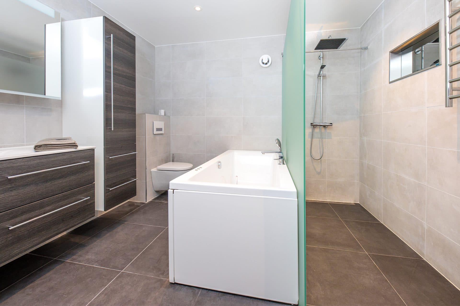 Brunt bad med badekar og privat dusj