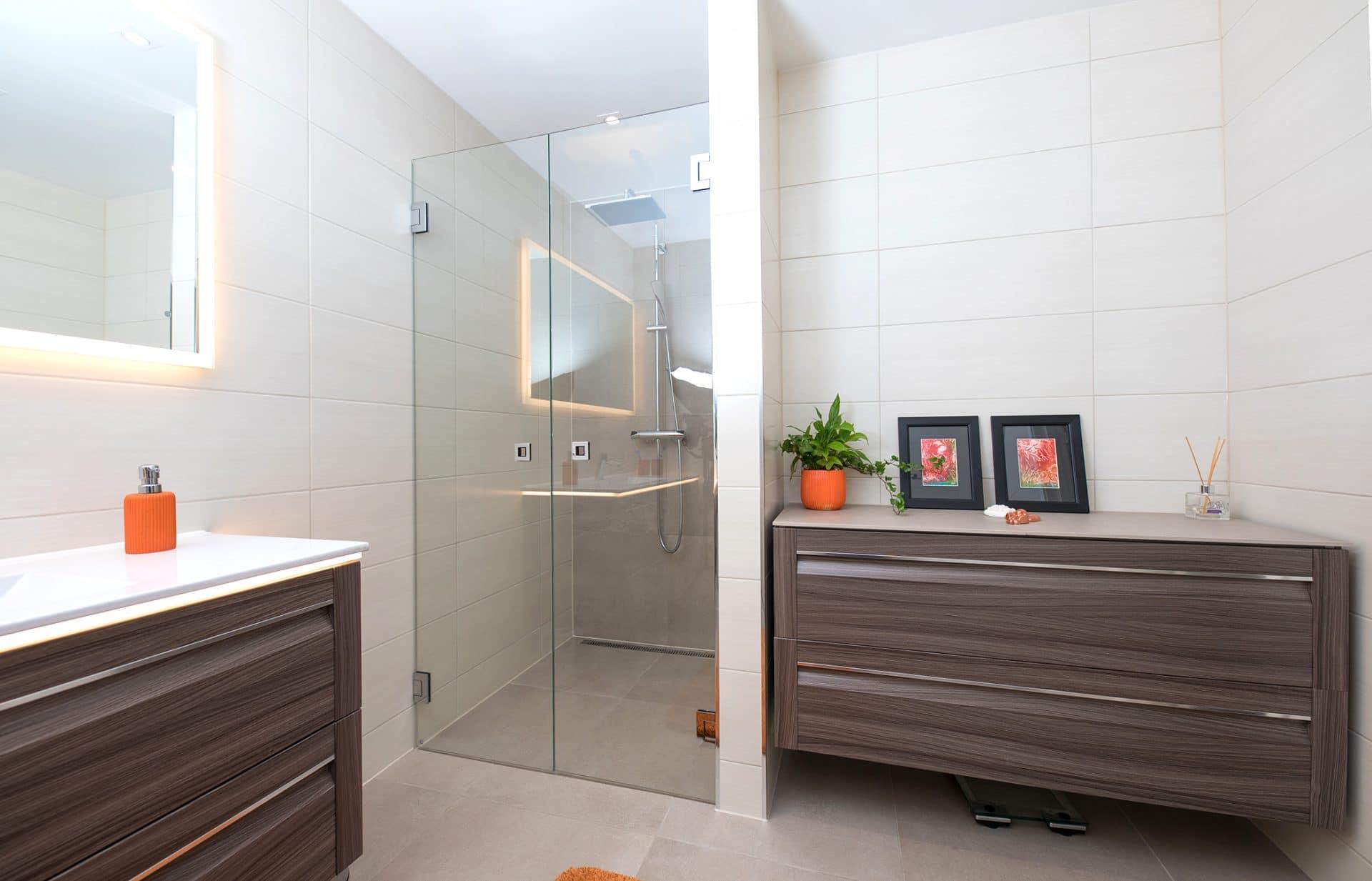 Nytt bad med hvite fliser og dusjhjørne