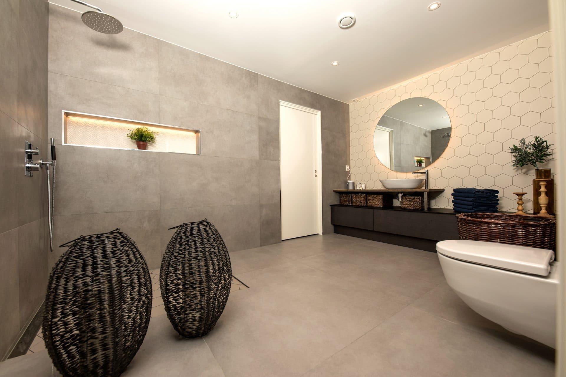 Moderne bad med sekskantede fliser og dusjhjørne
