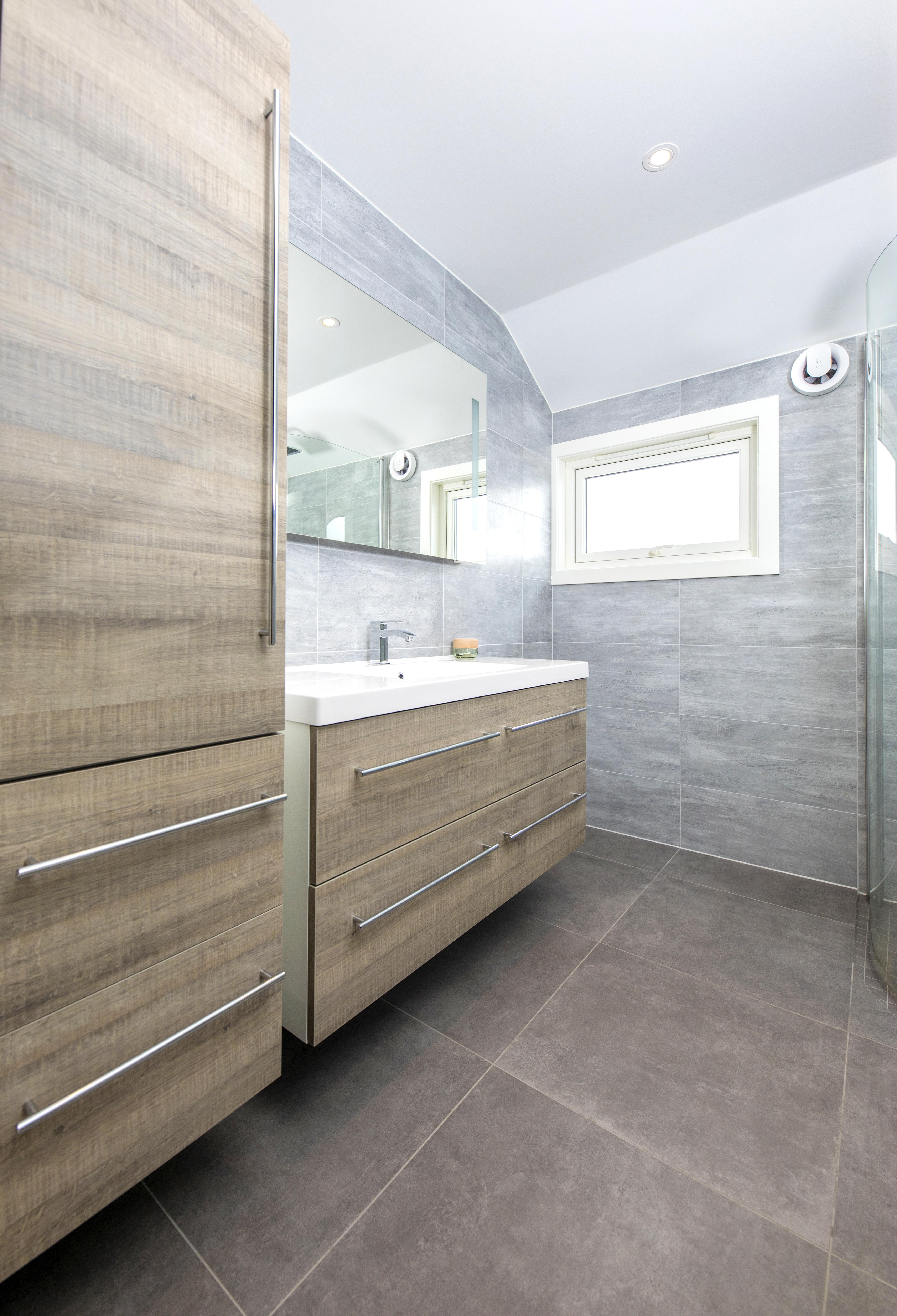 Oppussing grått og brunt bad