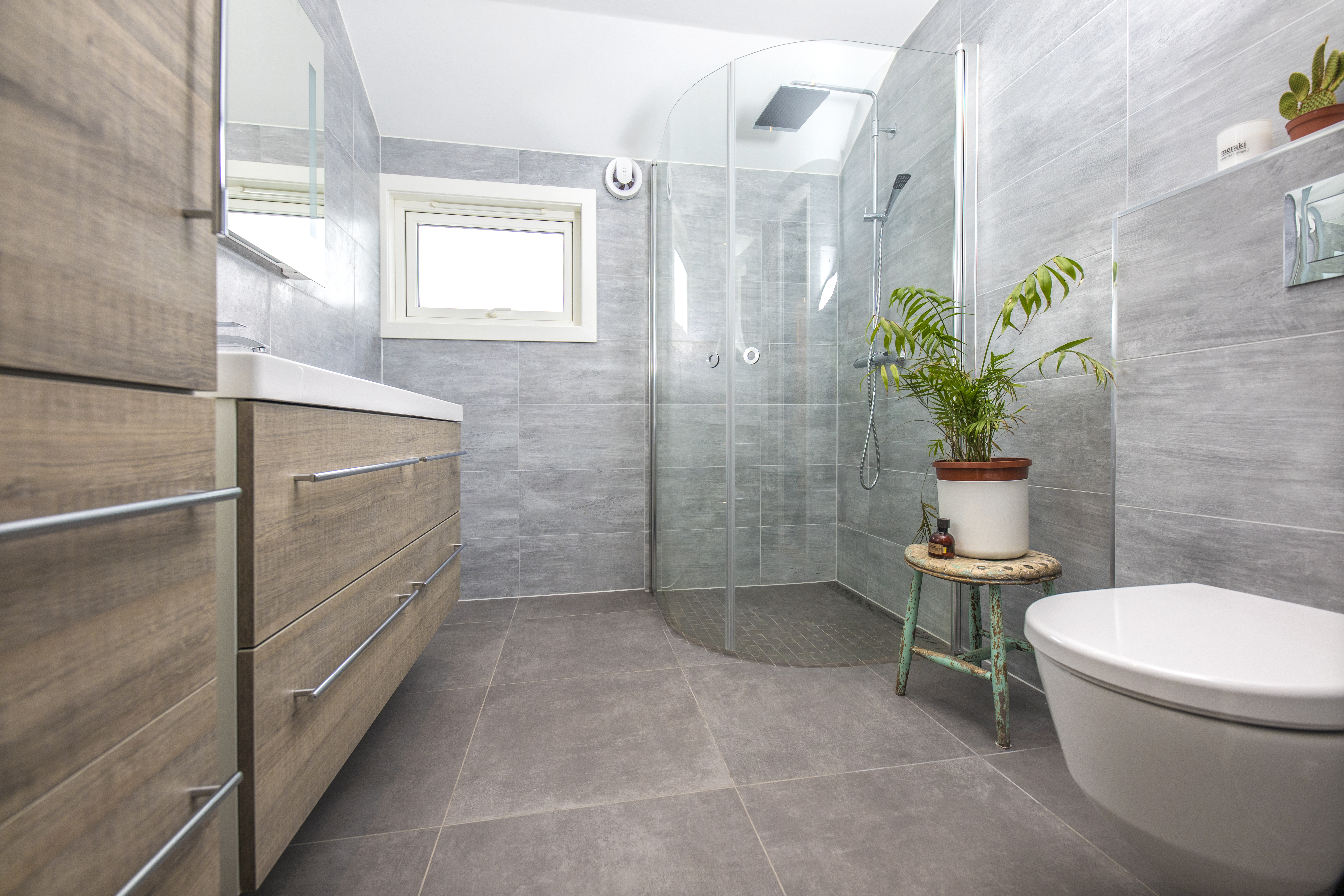 Nyoppusset grått bad med dusjhjørne