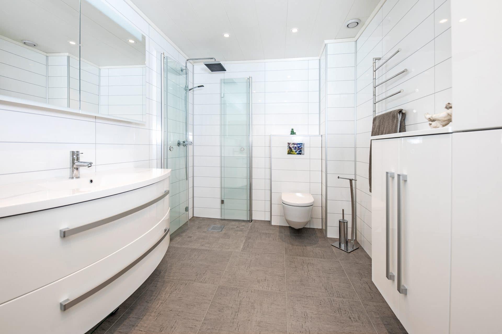 Nyoppusset hvitt bad med dusjhjørne