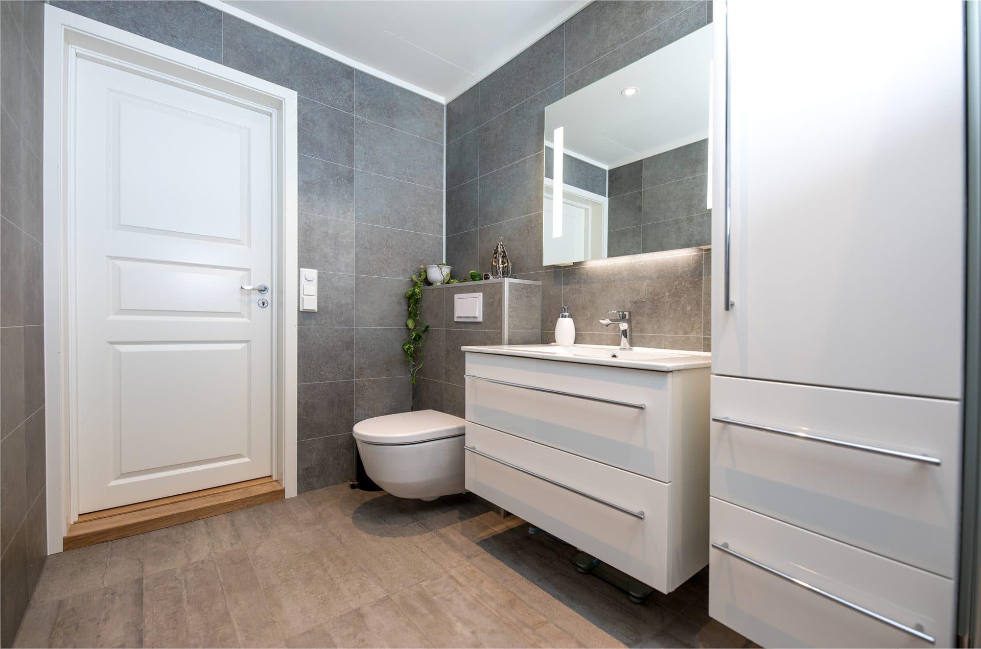 Nytt grått og hvitt bad
