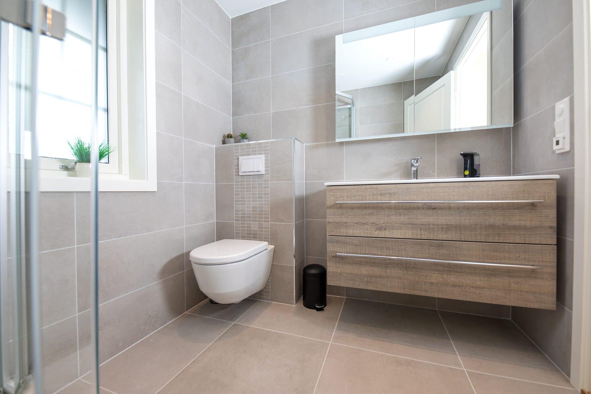 Brunt bad med vegghengt toalett