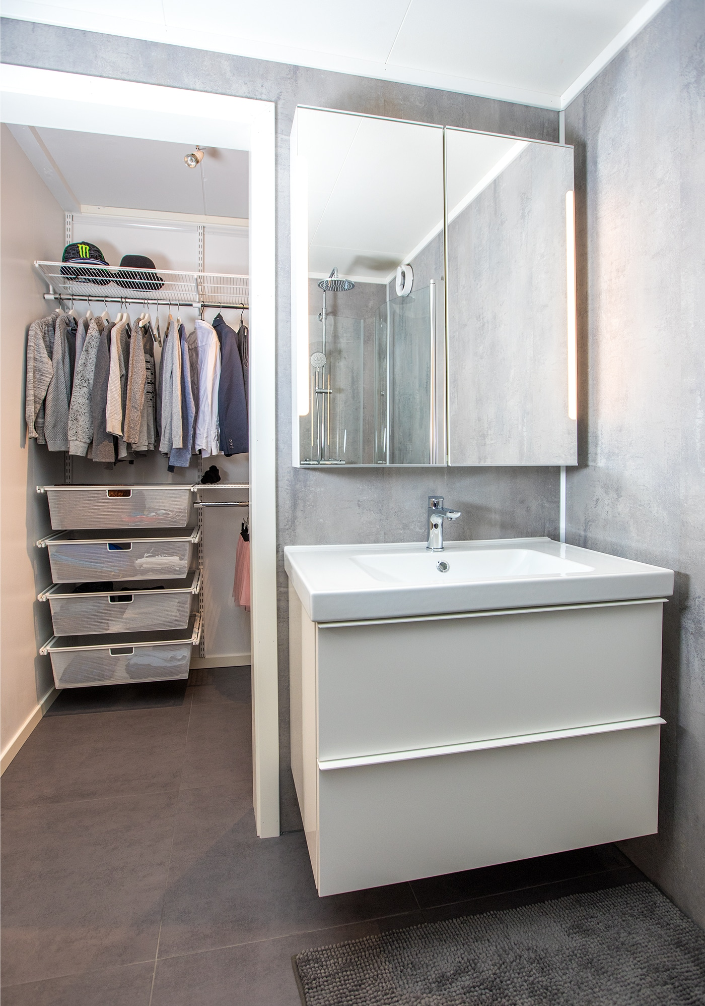 Bad med inngang til walk-in-closet